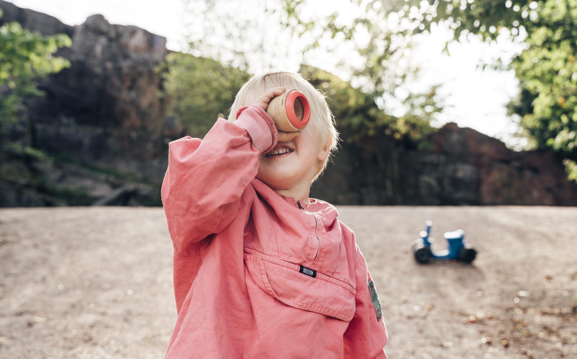 Lapsi katsoo tulevaisuuteen
