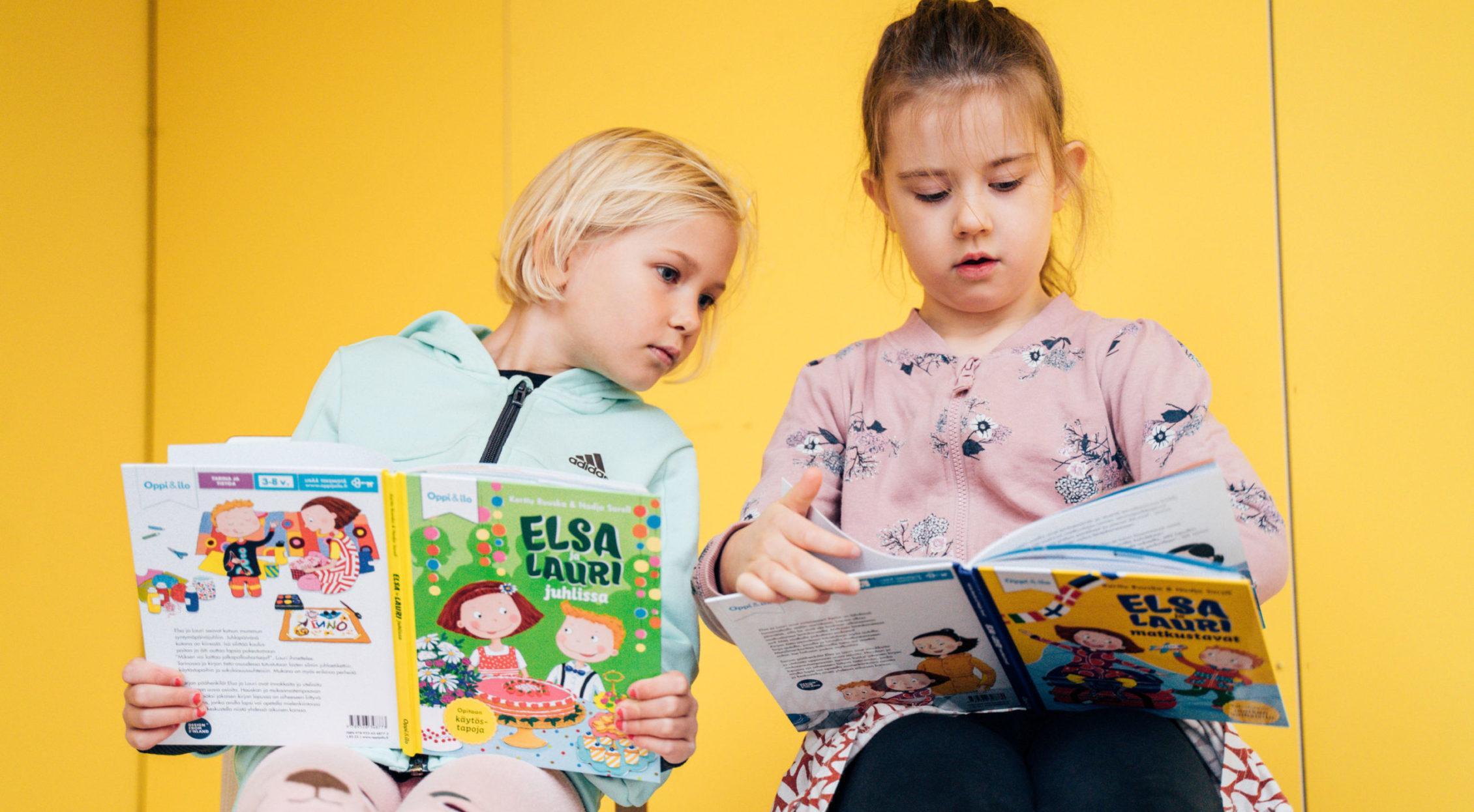 Kuvassa Moira ja Hilda perehtyvät Elsan ja Laurin seikkailuihin.