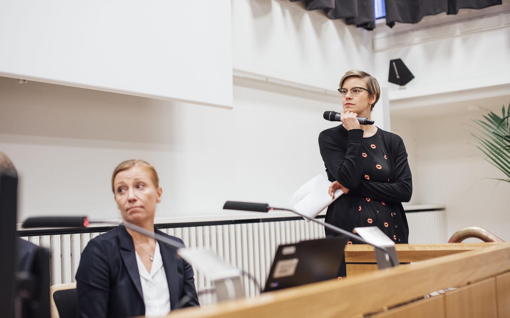 Reetta Rönkä haastattelee.
